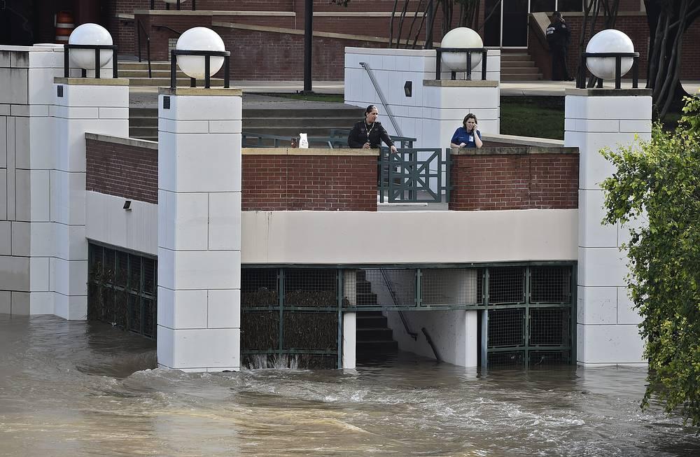 В понедельник губернатор Техаса Грег Эббот объявил 24 округа штата, пострадавшие от наводнений и ураганного ветра, районами стихийного бедствия