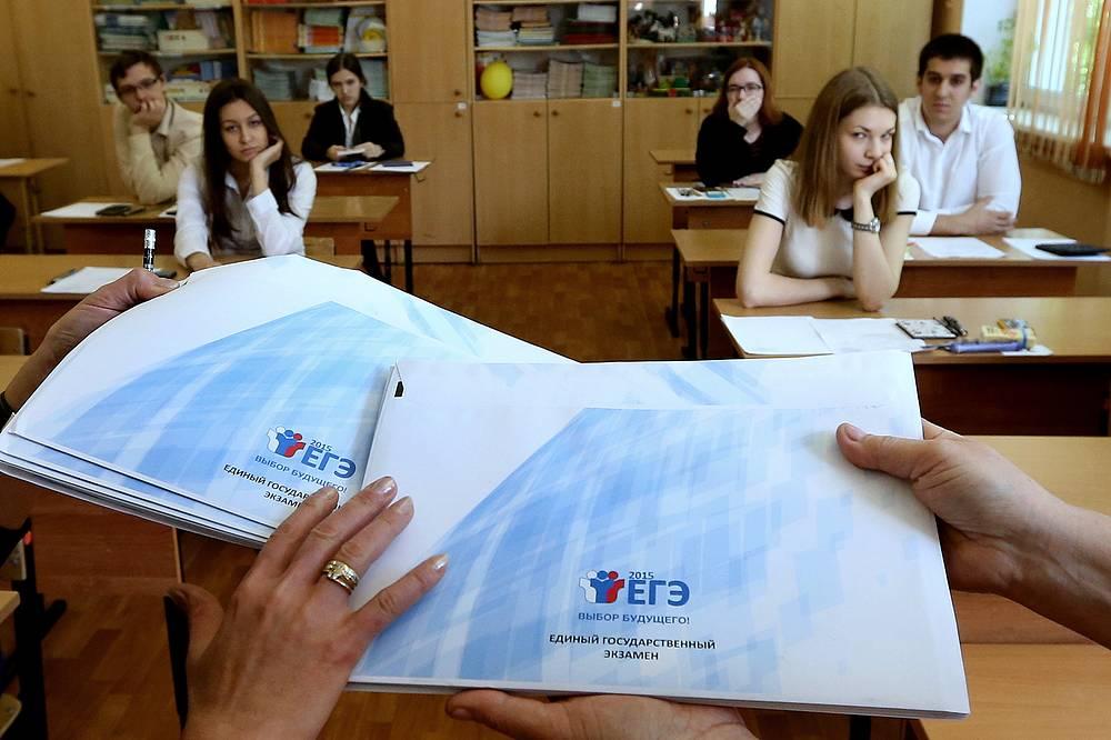 25 мая в России начался ссновной период госэкзаменов 2015 года. В них принимают участие 725 тыс. человек, из них 650 тыс. - выпускники текущего года. ЕГЭ-2015 начался с экзаменов по географии и литературе. 28 мая состоялся первый обязательный ЕГЭ - по русскому языку