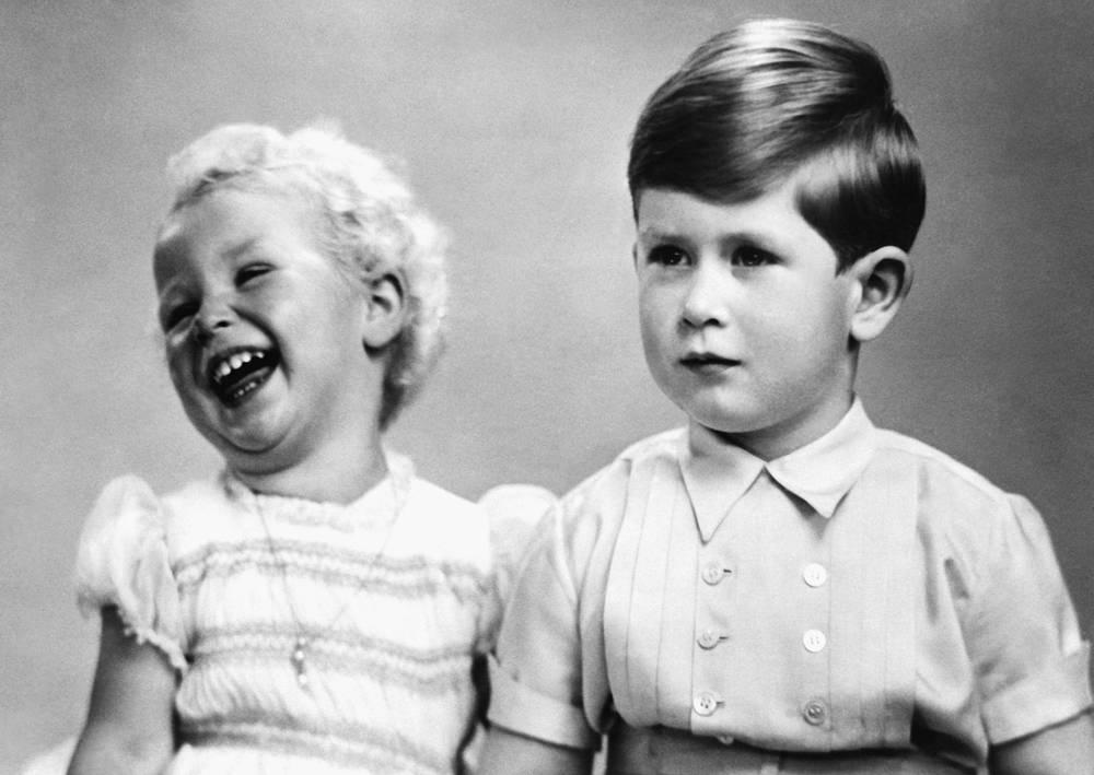 Британский принц Чарльз в возрасте 4 лет со своей сестрой принцессой Анной в шотландском замке Балморал, 1952 год
