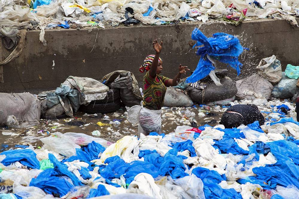 Власти Кот-д'Ивуара запретили использование пластиковых пакетов с 2014 года. На фото: свалка в Абиджане