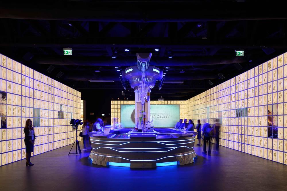 Павильон России входит в пятерку самых посещаемых из 54 выставочных комплексов, работающих на Expo. За первый месяц - май - в нем побывали свыше 350 тыс. человек. На фото: российский павильон перед официальным открытием выставки