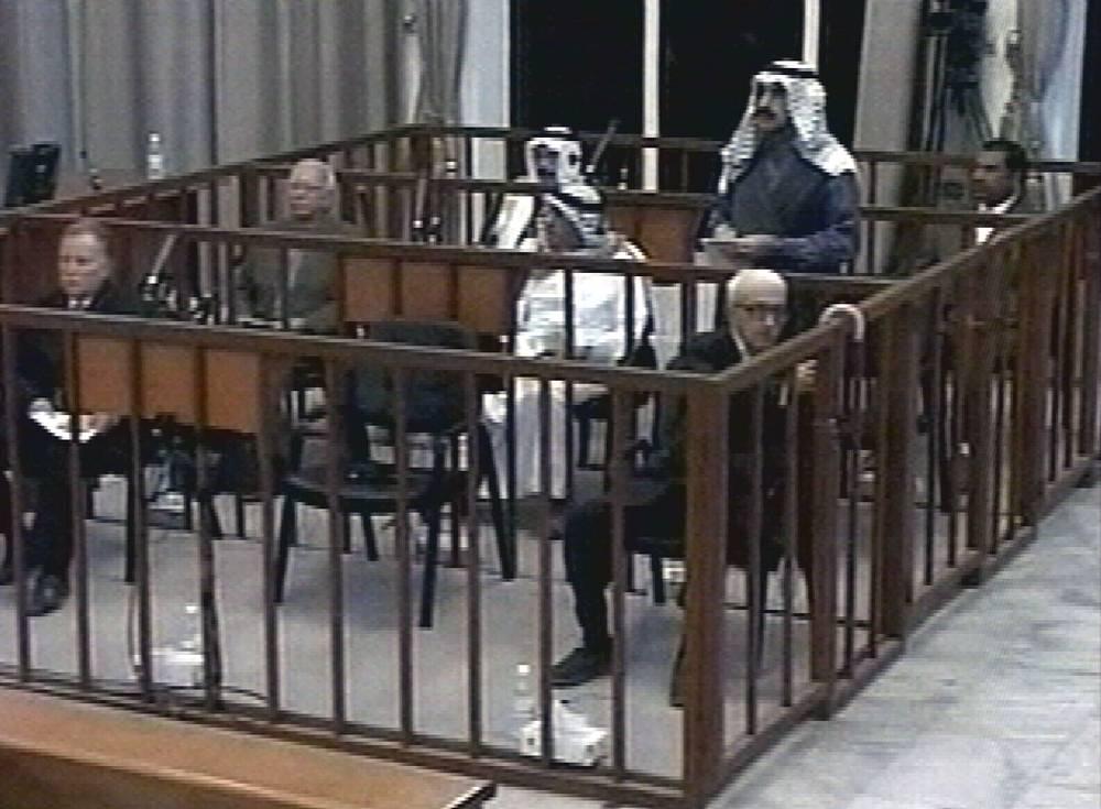 26 октября 2010 г. Высший уголовный трибунал Ирака приговорил Тарика Азиза к смертной казни через повешение за его роль в преследовании шиитских партий в 1980-1990-х гг.  На фото: суд над Тариком Азизом, 2008 год