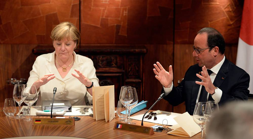 Со 2 июня полиция проводила проверку автомобильных и железнодорожных перевозок. Установленные на время саммита меры безопасности позволили за выявить около 6,6 тыс. нарушителей правил пребывания на германской территории. На фото: канцлер Германии Ангела Меркель и президент Франции Франсуа Олланд во время рабочего обеда