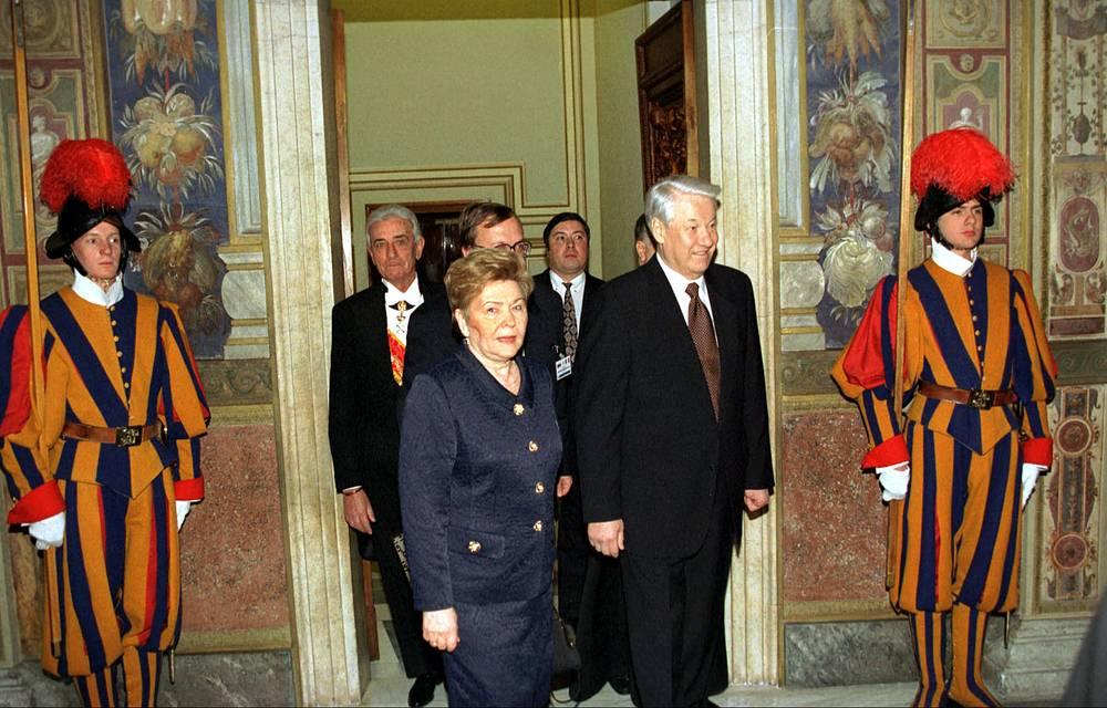В ходе этих визитов глава российского государства и понтифик обсуждали, в частности, ситуацию в странах, которые ранее входили в состав СССР, создание СНГ, контроль над ядерным оружием, положение верующих. На фото:  Борис Ельцин и его супруга Наина в резиденции главы Римско-католической церкви