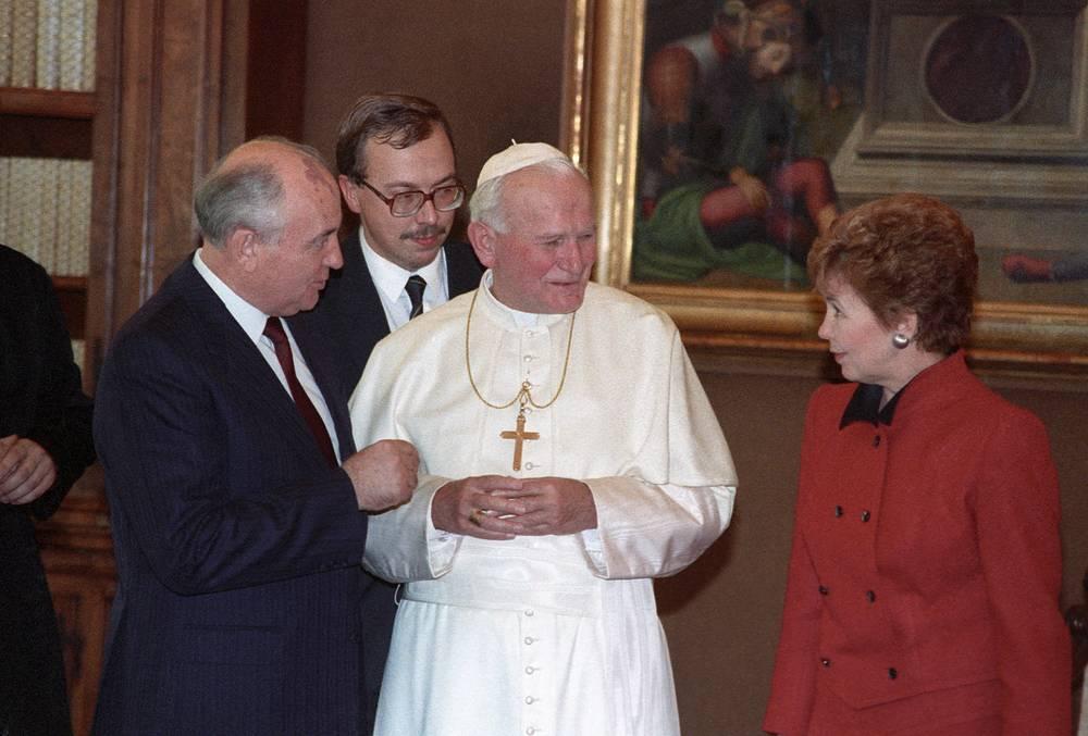 В 1989 г. состоялся первый визит главы советского государства в Ватикан. На фото: генеральный секретарь ЦК КПСС Михаил Горбачев с супругой во время беседы с папой Иоанном Павлом II, декабрь 1989 г.