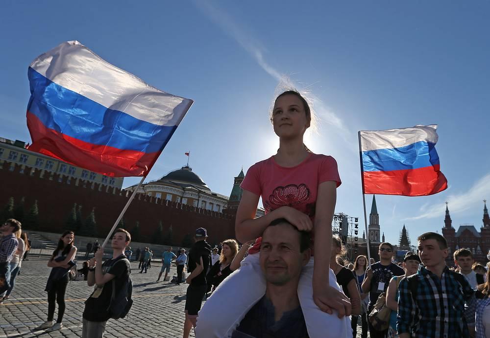 Жители Москвы на Красной площади перед началом праздничного концерта, посвященного Дню России