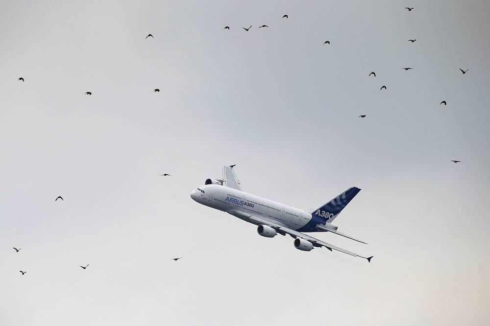 Самолет Airbus A380 во время демонстрационного полета