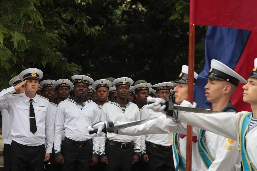 Внос Государственного флага Российской Федерации и Боевого знамени ЧВВМУ