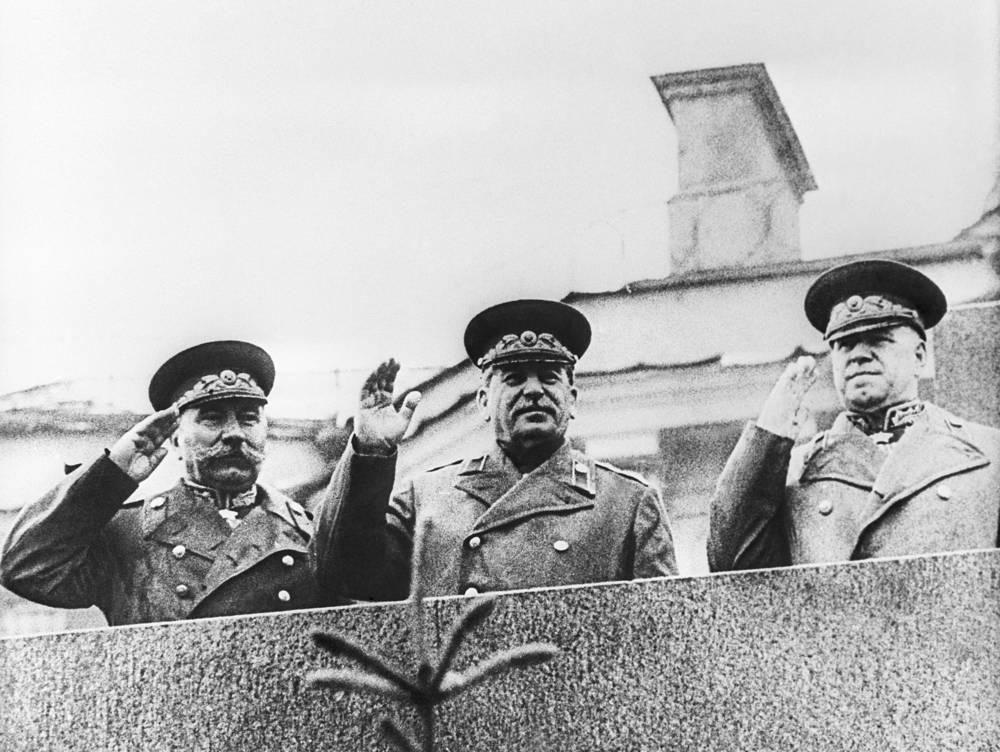 Маршал Советского Союза Семен Буденный, Верховный главнокомандующий ВС СССР Иосиф Сталин и Маршал Советского Союза Георгий Жуков (слева направо) на трибуне Мавзолея Ленина