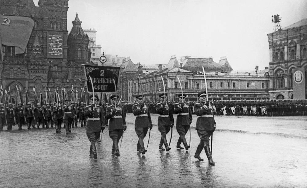 Сводный полк 2-го Украинского фронта во главе с Маршалом Советского Союза Родионом Малиновским