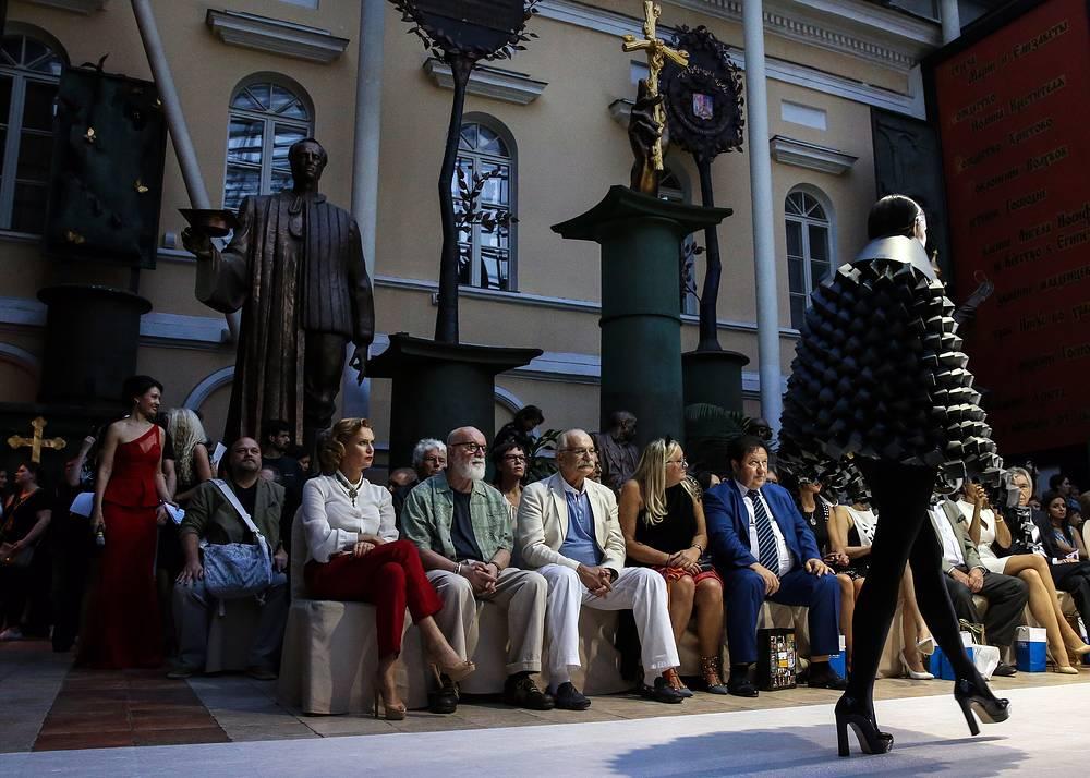 """Модный показ во время традиционного вечера благотворительного фонда """"Русский Силуэт"""""""