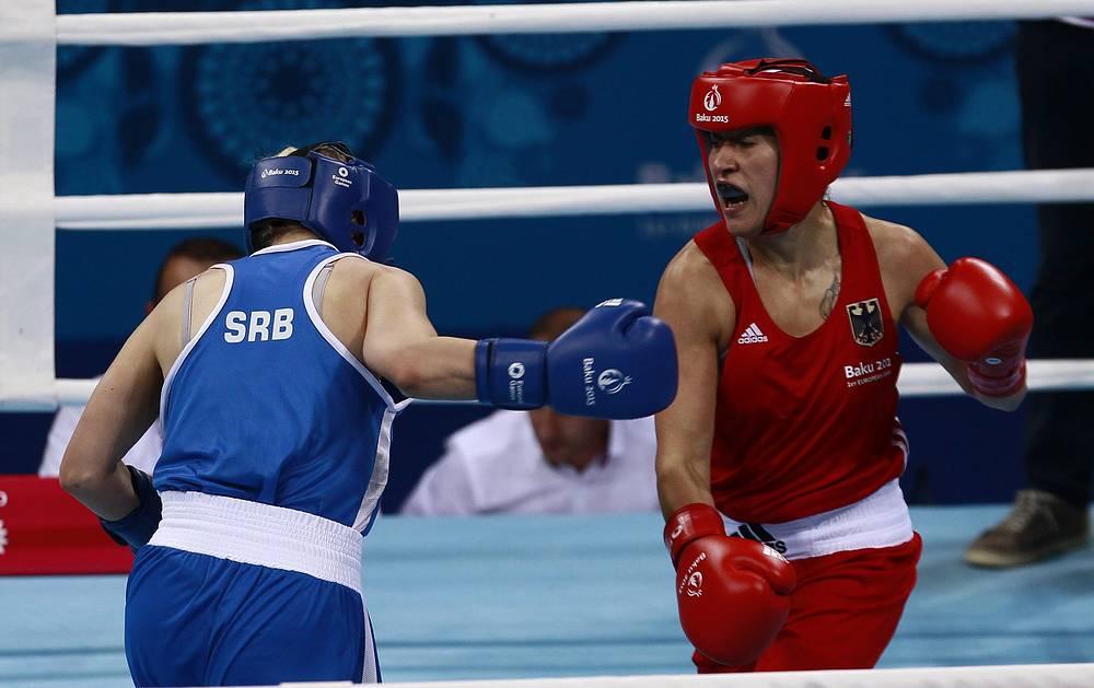 Елена Елик (Сербия) и Ташина Бугар (Германия, слева направо) во время соревнований по боксу в весовой категории до 60 кг