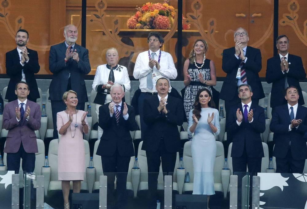 Спикер Госдумы РФ Сергей Нарышкин (слева на первом плане), президент Азербайджана Ильхам Алиев (в центре на первом плане) и председатель Организационного комитета первых Европейских игр, супруга президента Азербайджана Мехрибан Алиева (справа) во время церемонии закрытия I Европейских игр на Олимпийском стадионе