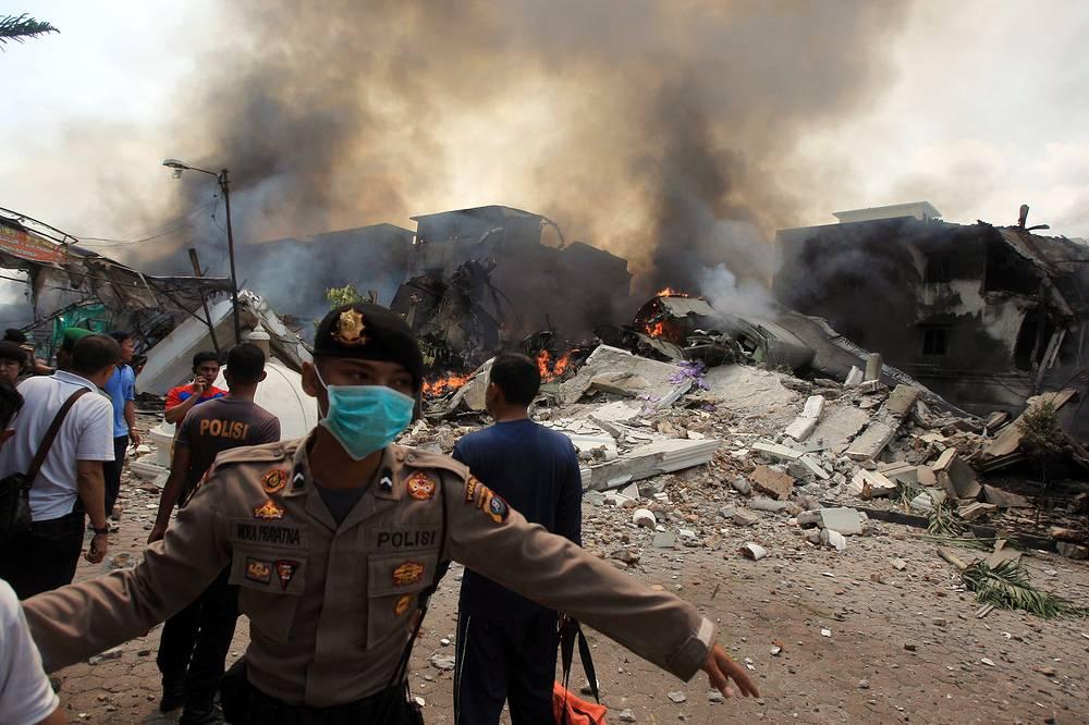 При падении борт ВВС задел несколько жилых зданий и автомобилей