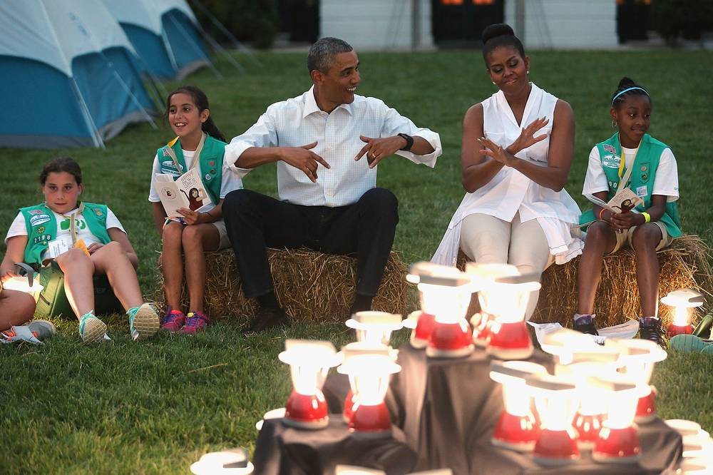 С 1 июля туристам разрешили фотографировать в Белом доме в Вашингтоне. Запрет действовал на протяжении 40 лет. Кроме того, на лужайке резиденции американского президента впервые появился кемпинг для скаутов. На фото: президент США Барак Обама с женой Мишель