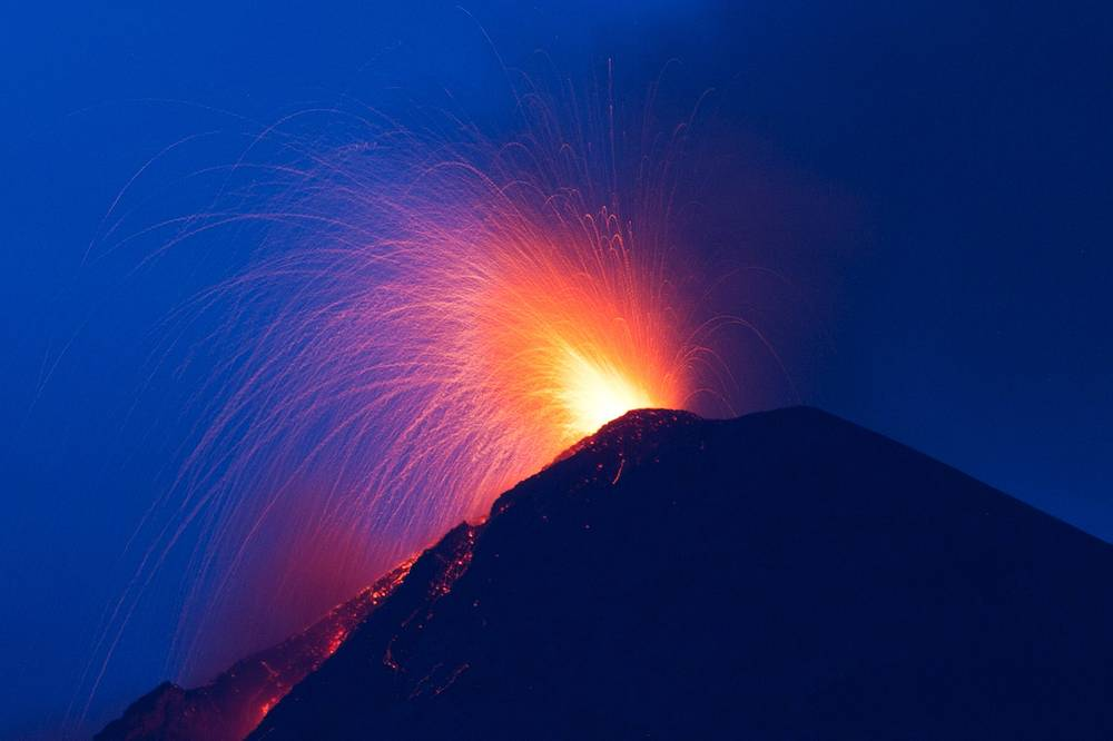 """2 июля в Гватемале объявили """"оранжевый"""" уровень опасности из-за возросшей активности вулкана Фуэго, расположенного всего в 50 км от столицы страны. """"Оранжевый"""" уровень угрозы предшествует началу эвакуации населения из наиболее уязвимых районов"""