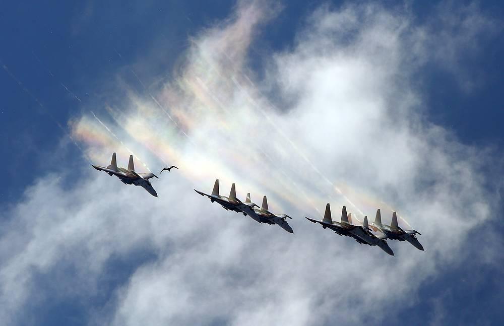 """Многоцелевые истребители Су-27 пилотажной группы """"Русские Витязи"""""""