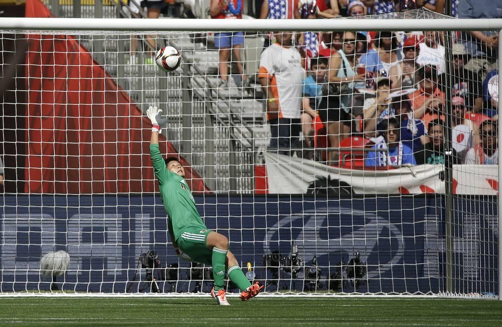 Мяч влетает в ворота сборной Японии после точного удара американки Карли Ллойд