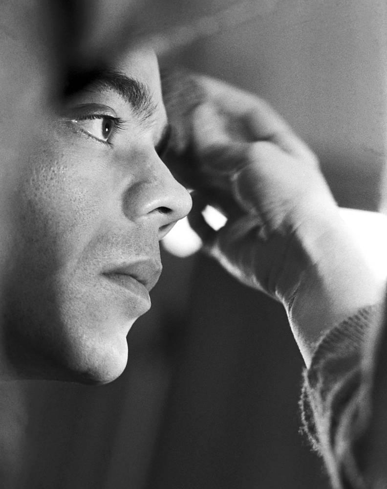 """Актер Константин Райкин в гримерной комнате театра """"Современник"""", 1978 год"""