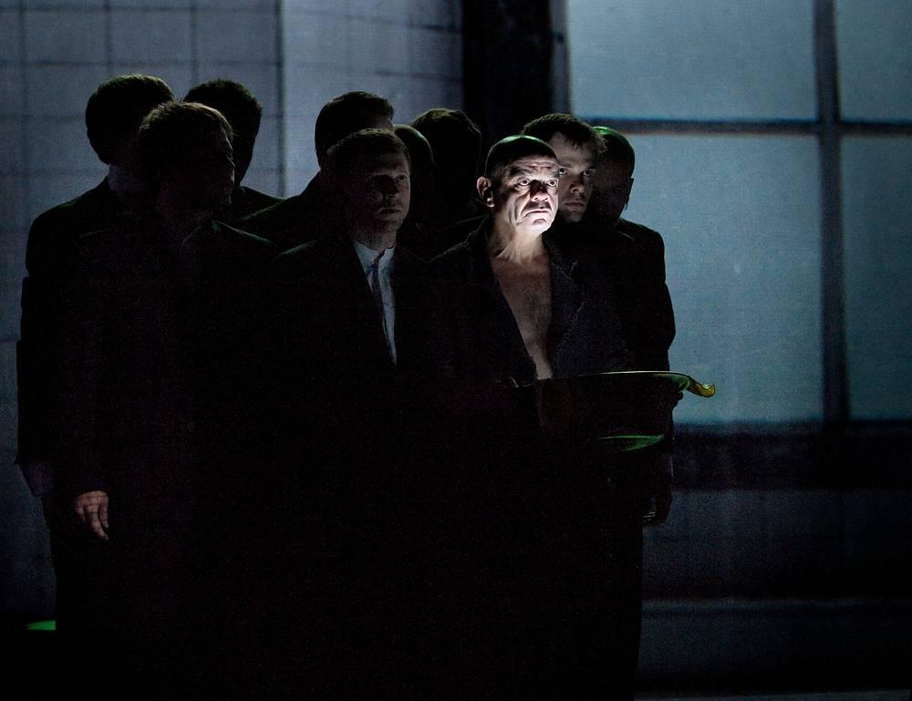 """Константин Райкин в сцене из спектакля """"Маленькие трагедии Пушкина"""", 2011 год"""