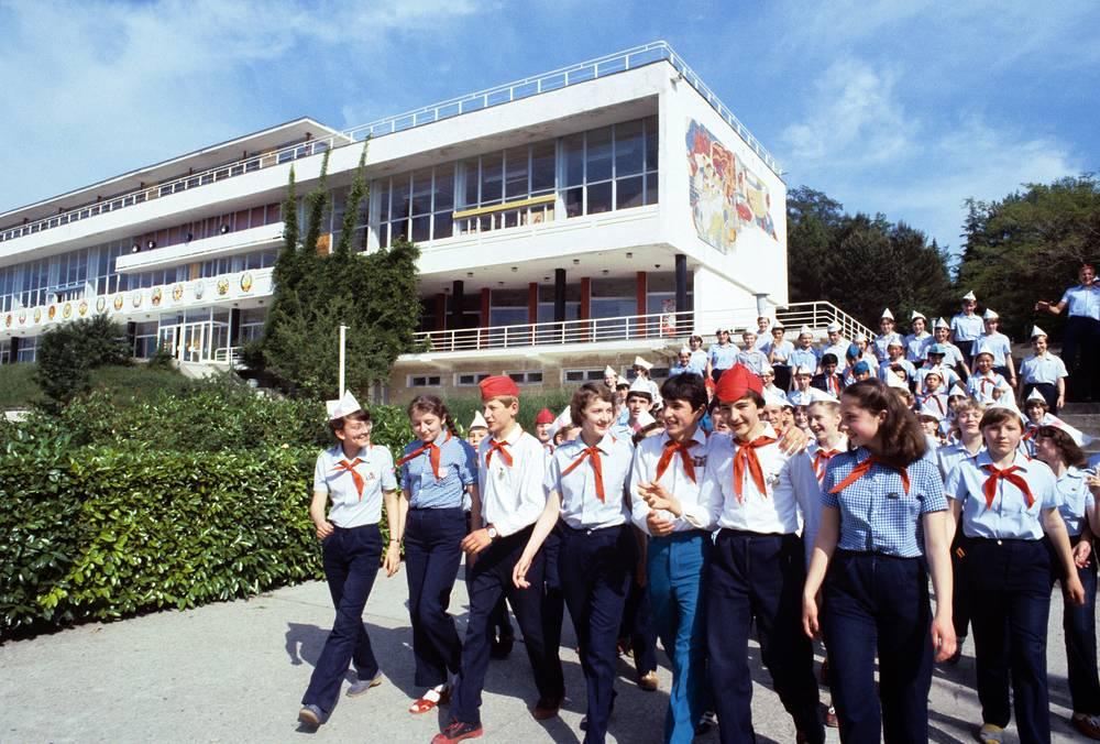 """Пионерские отряды в лагере """"Орленок"""", 1983 год"""