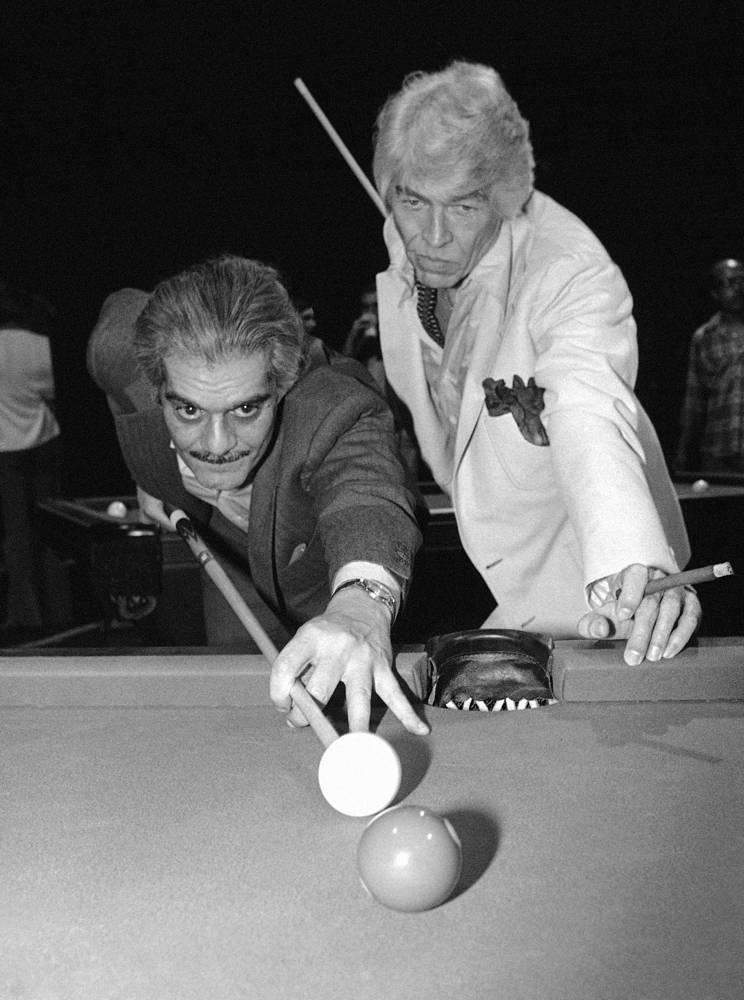 """Актеры Омар Шариф (слева) и Джеймс Коберн играют в бильярд на приеме для съемочной группы фильма """"Балтиморская пуля"""" 20 апреля 1979 года. В этом фильме Шариф и Коберн исполняют роли бильярдистов-мошенников"""