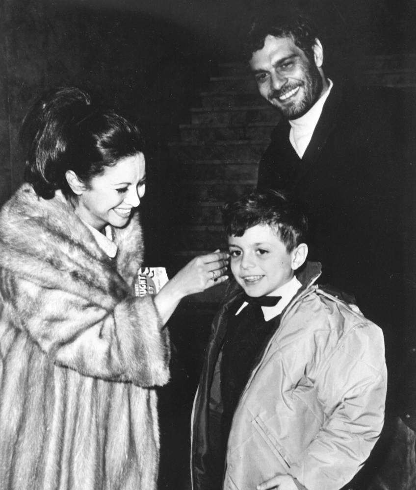 Омар Шариф с женой, египетской актрисой Фатен Хамама и сыном Тареком на праздновании Нового года в Мадриде, 31 декабря 1965 года. Шариф и Хамама развелись в 1974 году, актер больше никогда не был женат