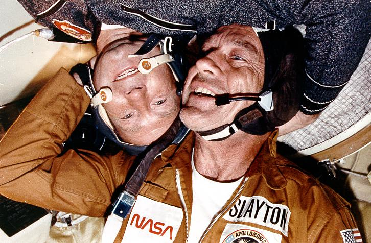 Алексей Леонов и Дональд Слейтон в стыковочном отсеке космических модулей