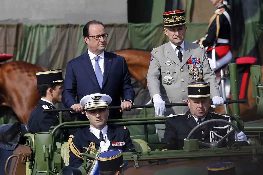 Президент Франции Франсуа Олланд (слева)
