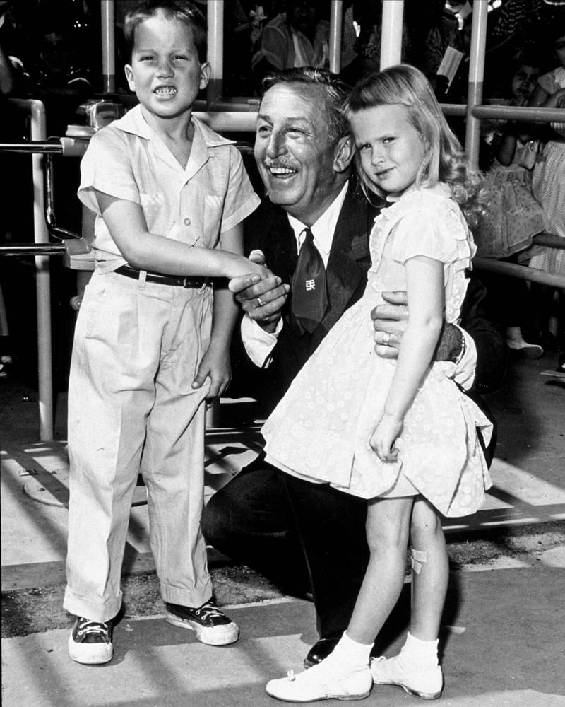 Уолт Дисней с первыми посетителями парка, 17 июля 1955 года