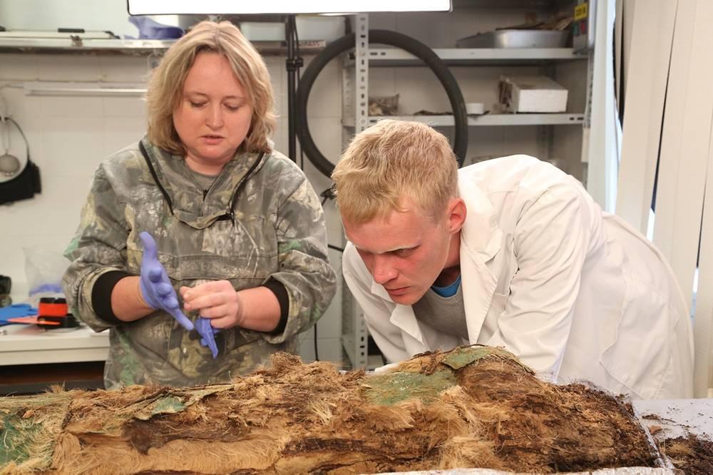 Ученые снимают защитные слои дерева и меха с мумифицированных останков