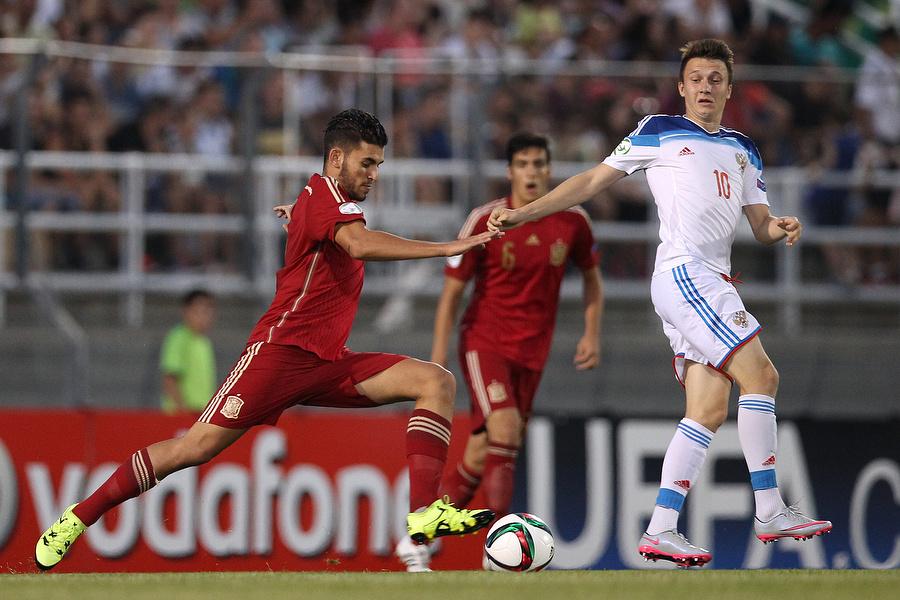 Испанские футболисты с первых минут финального матча завладели инициативой