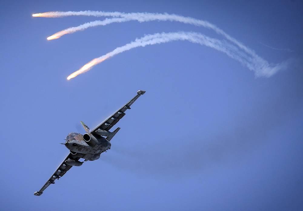 Бронированный дозвуковой штурмовик Су-25 предназначен для непосредственной поддержки сухопутных войск над полем боя днем и ночью при прямой видимости цели, а также уничтожения объектов с заданными координатами круглосуточно в любых метеоусловиях