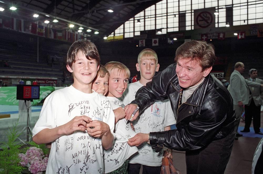 """С 1990 по 1998 год форвард выступал в швейцарском клубе """"Фрибур-Готтерон"""". На фото: Быков раздает автографы юным болельщикам"""