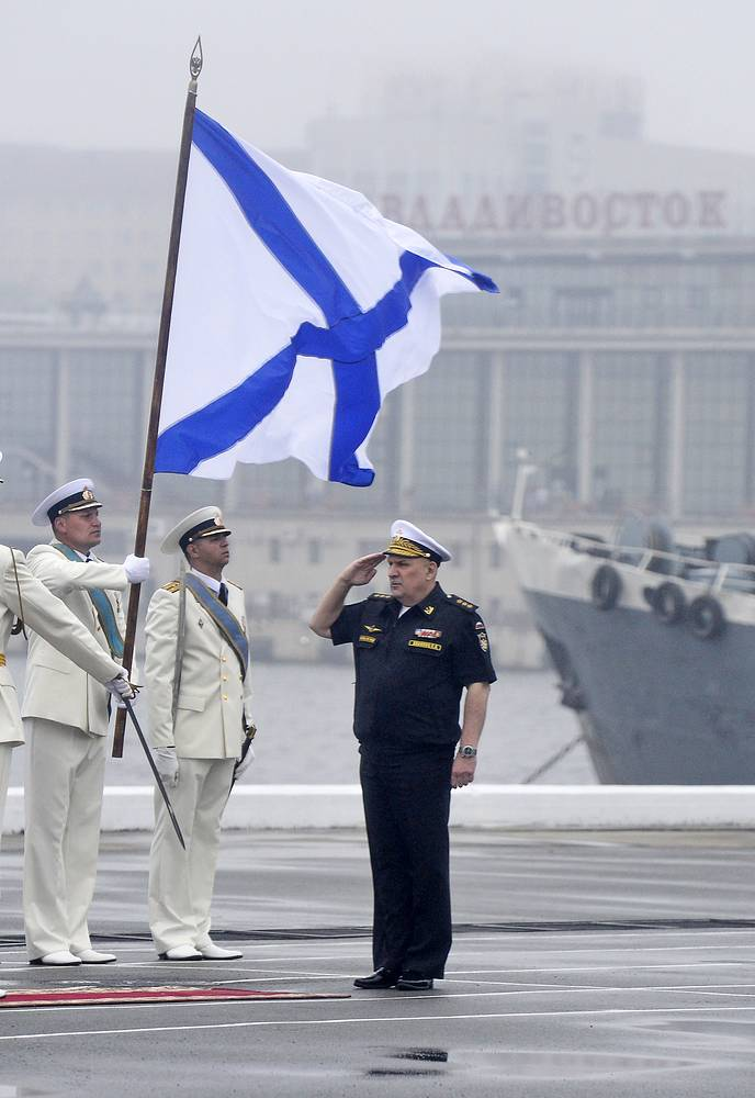 Командующий Тихоокеанским флотом адмирал Сергей Авакянц перед началом генеральной репетиции парада кораблей на день ВМФ