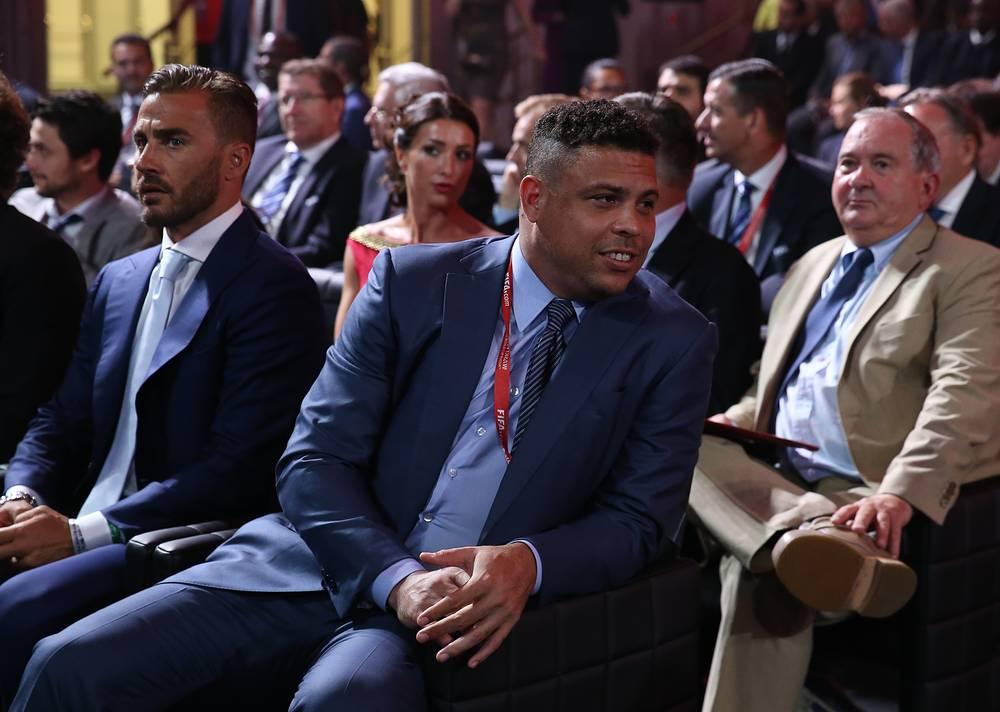 Двукратный чемпион мира бразилец Роналдо (справа) участвовал вместе с лучшим игроком мирового первенства 2010 года уругвайцем Диего Форланом в жеребьевке зоны Южная Америка