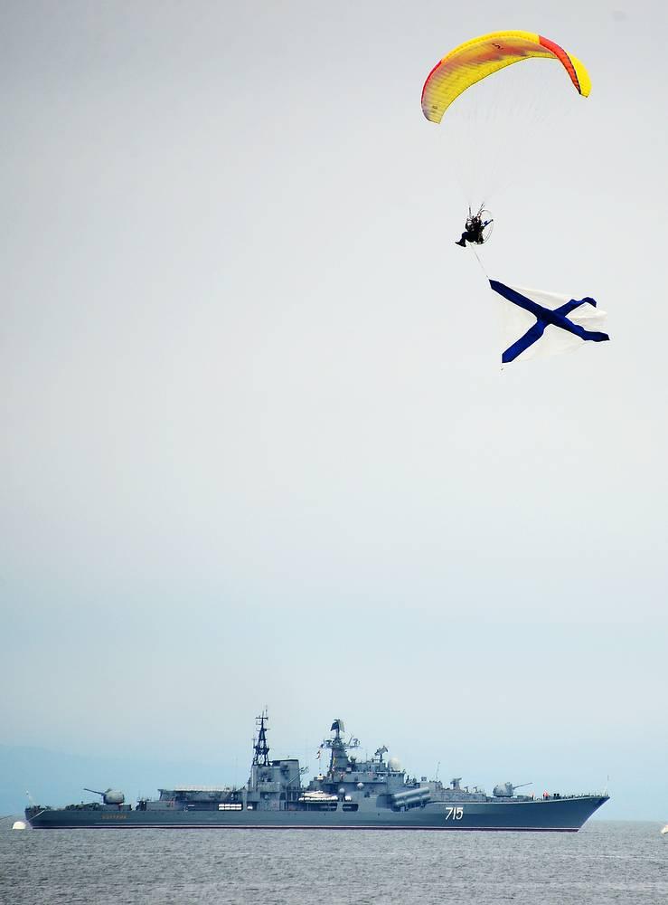 """Эскадренный миноносец """"Быстрый"""" во время парада кораблей, Владивосток"""