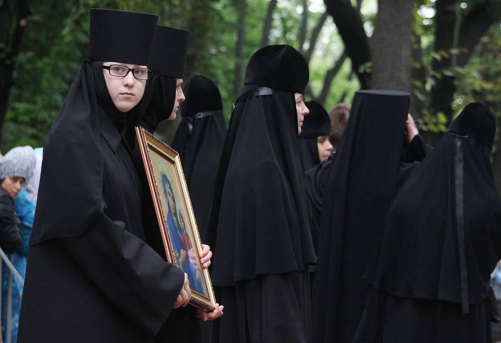 Монахини во время молебна на Владимирской горке