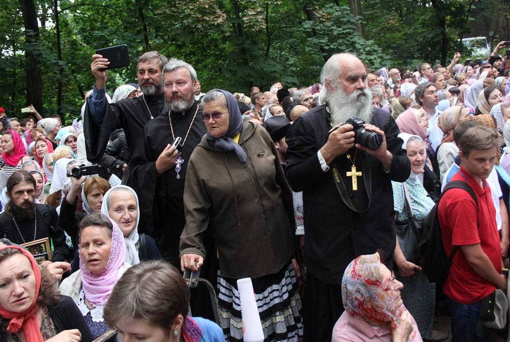 Верующие во время молебна на Владимирской горке