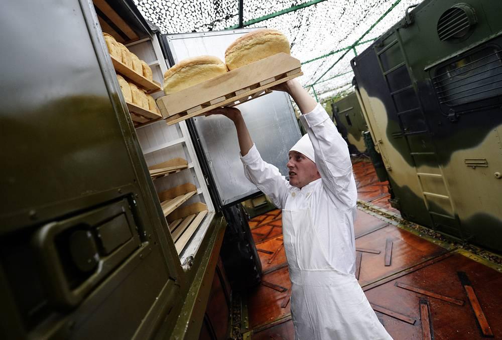 Отделение полевого хлебозавода, оснащенного хлебопекарным модулем ПХК-7, во время специальных учений системы материально-технического обеспечения Восточного военного округа