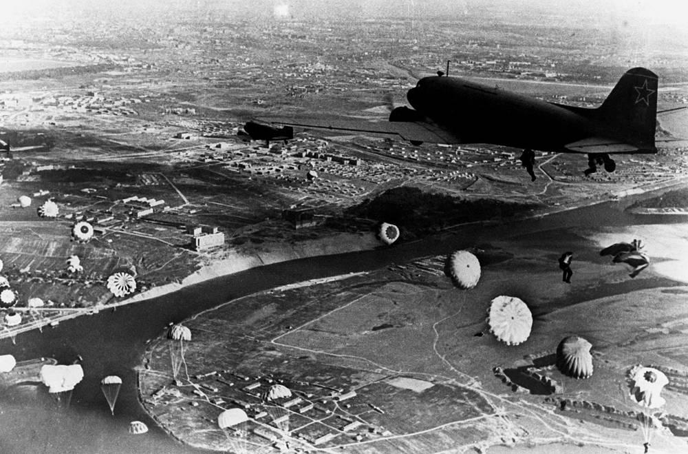 В ходе Великой Отечественной войны всем воздушно-десантным соединениям было присвоено звание гвардейских. 296 человек были удостоены звания Героя Советского Союза. На фото: высадка десанта, 11 ноября 1944 год