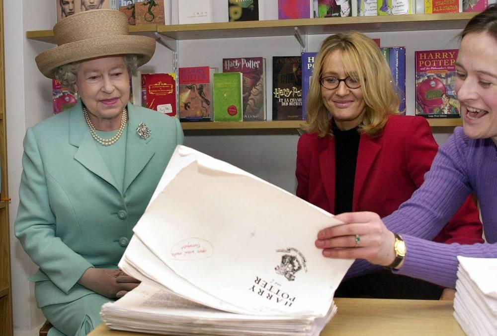 Королева Великобритании Елизавета II рассматривает рукопись книги о Гарри Поттере во время встречи с Джоан Роулинг (на фото в центре) в издательском доме Bloomsbury Publishing, Лондон, 2001 год