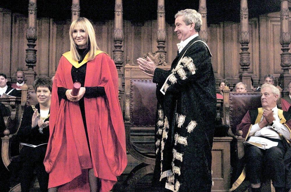 Вице-канцлер Эдинбургского университета, профессор Тимоти О'Ши аплодирует Джоан Роулинг после присвоения ей степени почетного доктора, Шотландия, 2004 год