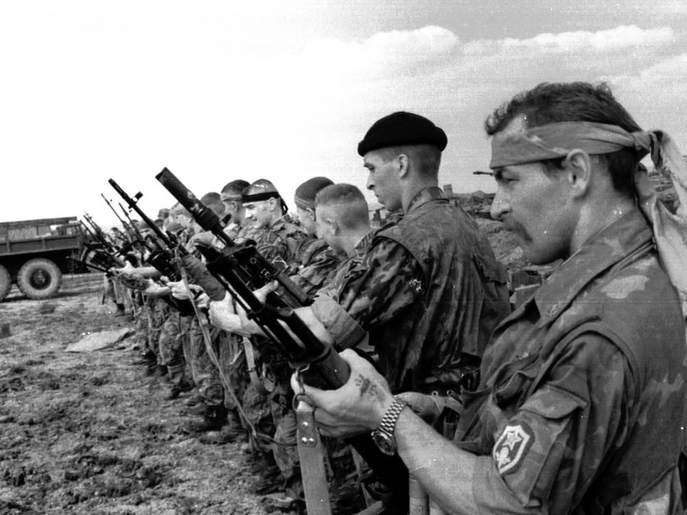 Десантники принимали активное участие в первой и второй чеченских кампаниях. На фото: десантники после операции в Веденском районе Чечни, 31 июля 1996 год