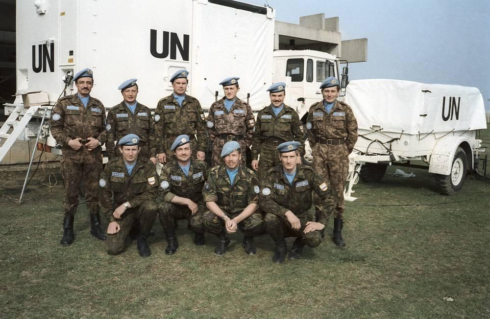 """Первая группа российского батальона """"голубых беретов"""" прибыла в аэропорт Клисы (Хорватия), 22 апреля 1992 год"""