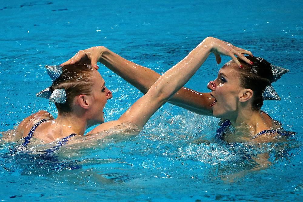 Российские спортсменки Наталья Ищенко и Светлана Ромашина во время выступления с произвольной программой в финале соревнований по синхронному плаванию среди дуэтов, 30 июля