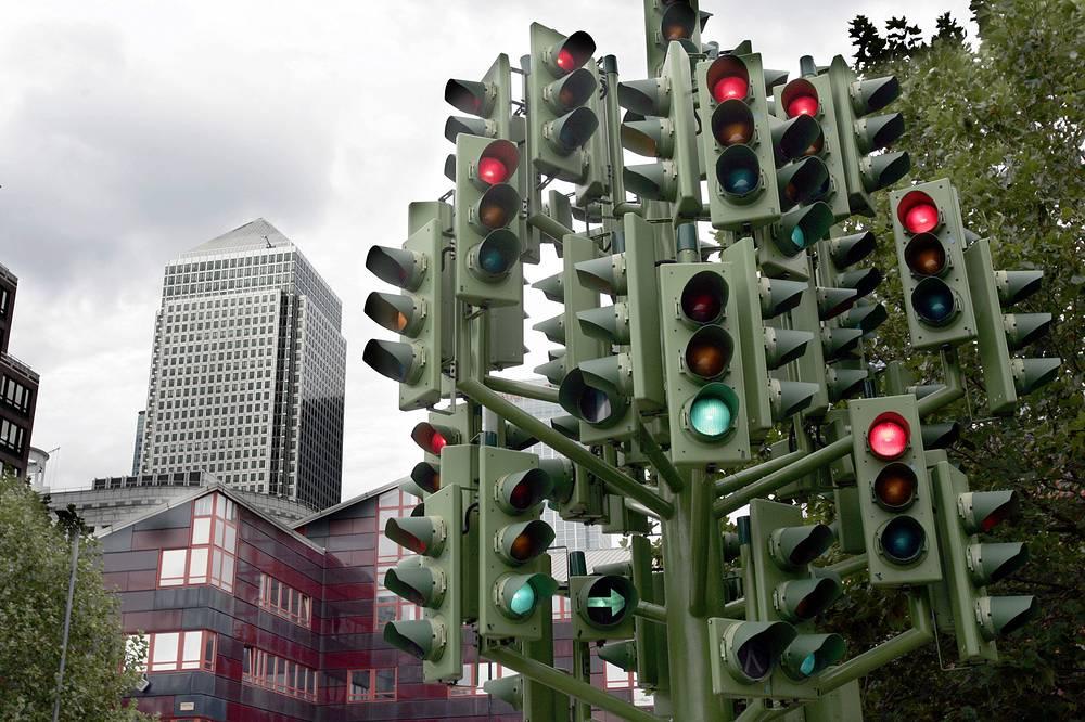 Первые трехцветные регулировщики движения появились в 1920 году в Детройте и Нью-Йорке. В последующие десять лет примеру США последовали и европейские страны. На фото: скульптура из 75 светофоров, Лондон, Великобритания