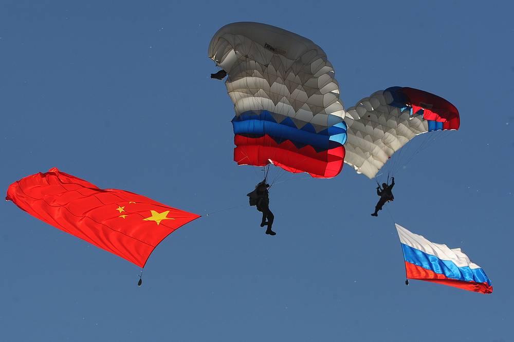 В состязаниях участвуют десантники из России, Белоруссии и Китая