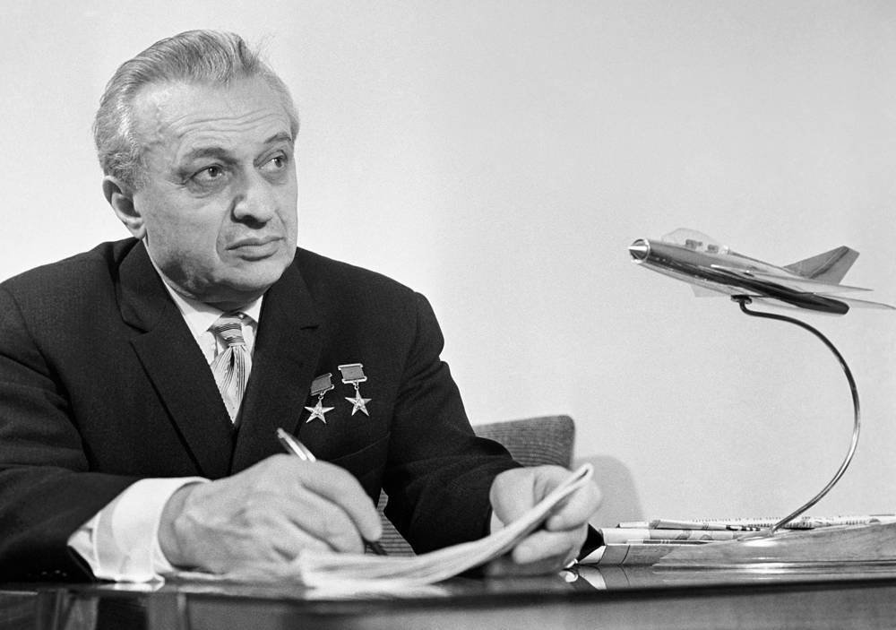 Советский авиаконструктор, дважды Герой Социалистического Труда Артем Микоян в своем рабочем кабинете
