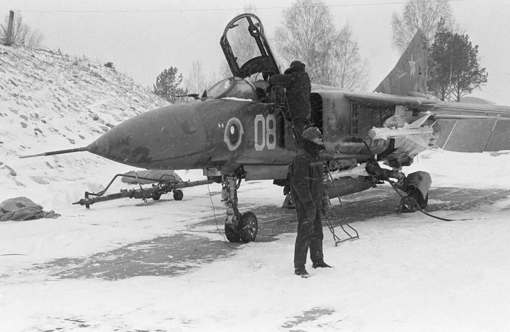 МиГ-23 - советский многоцелевой истребитель третьего поколения с верхним расположением крыла изменяемой стреловидности